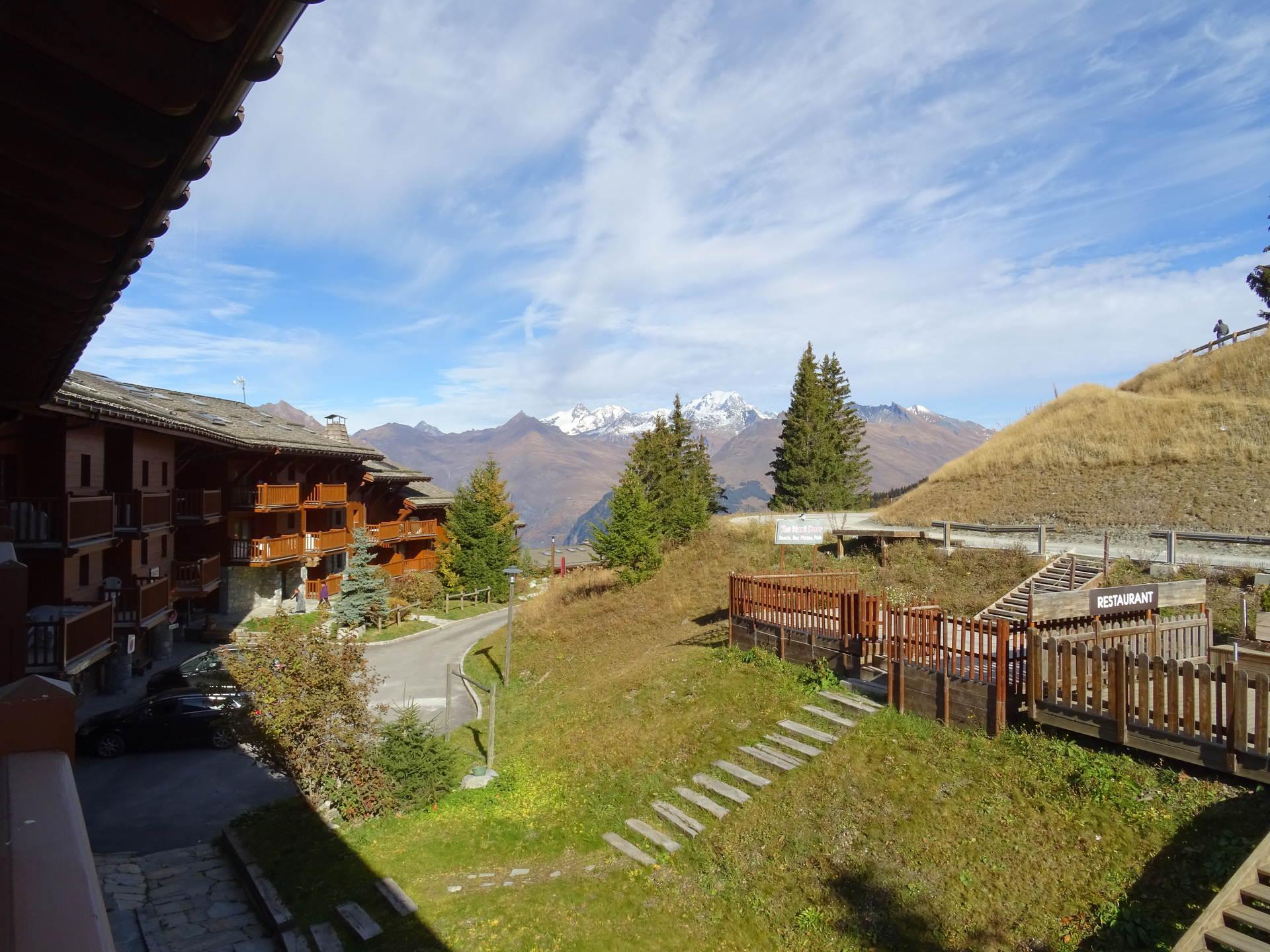 Location appartements chalet nature location vacances for Piscine arc 1800