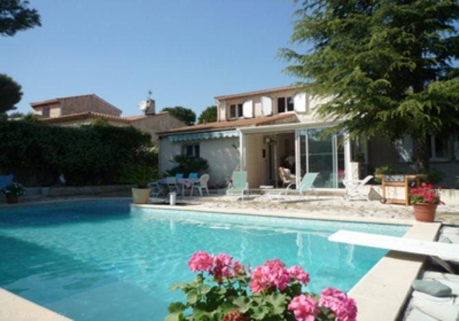 Location villa ac4051 villa avec piscine location vacances for Piscine aubagne service
