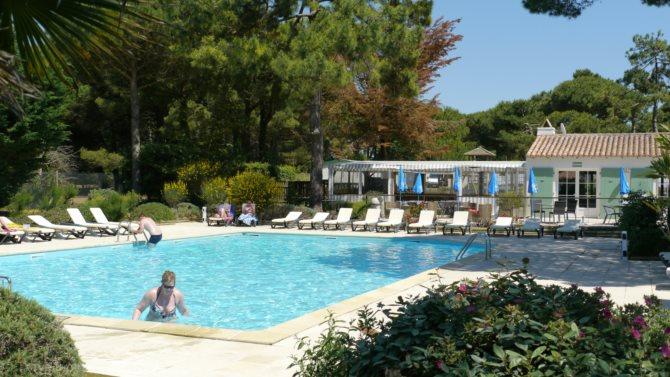 Location camping le village du suroit 3 location - Camping ile de re piscine ...