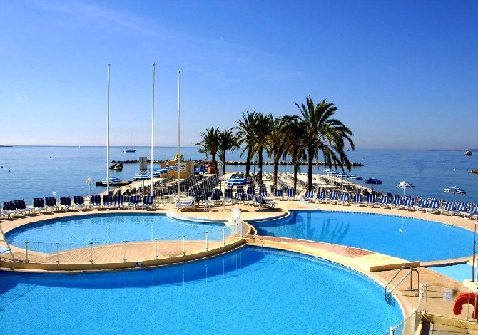 Holidays in saint laurent du var travel for Hotel piscine var