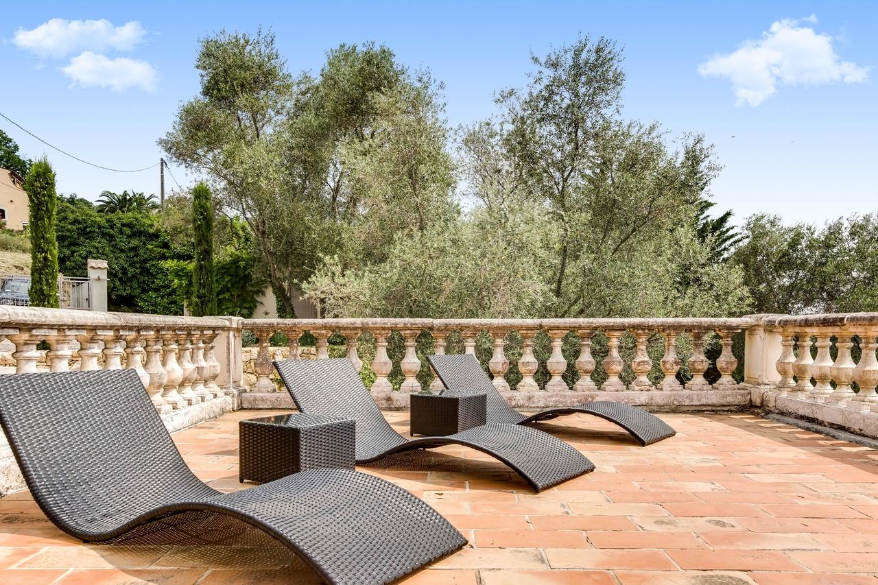 Location belle villa avec piscine et vue panoramique for Piscine mouans sartoux