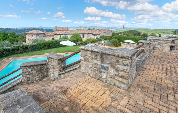 Location antonio location vacances todi for Club piscine circulaire